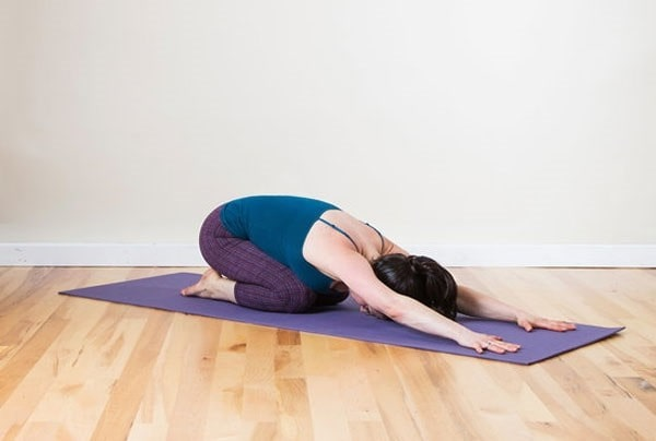 tap-yoga-tri-dau-lung-hieu-qua-01-min
